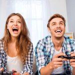 Un couple jouant à un jeu de consoles